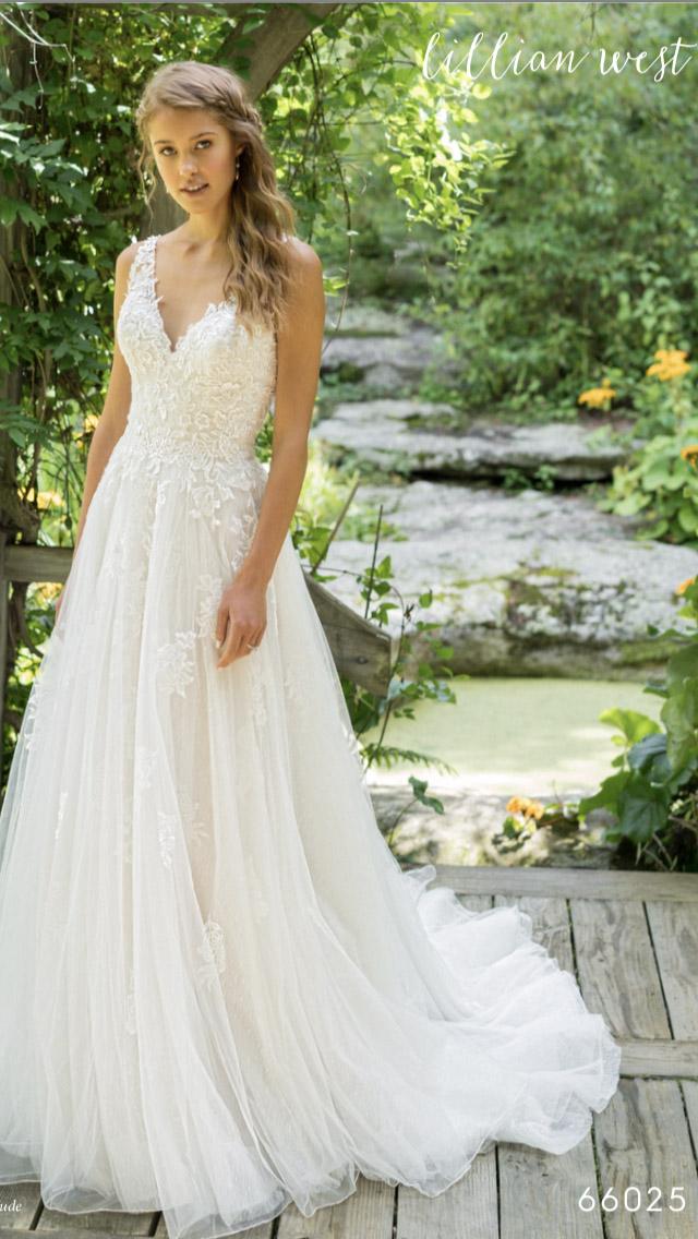 A menyasszonyi ruháink tervezőink mindenkire gondolnak. Minden menyasszony  más és más egyéniség d1e42db327